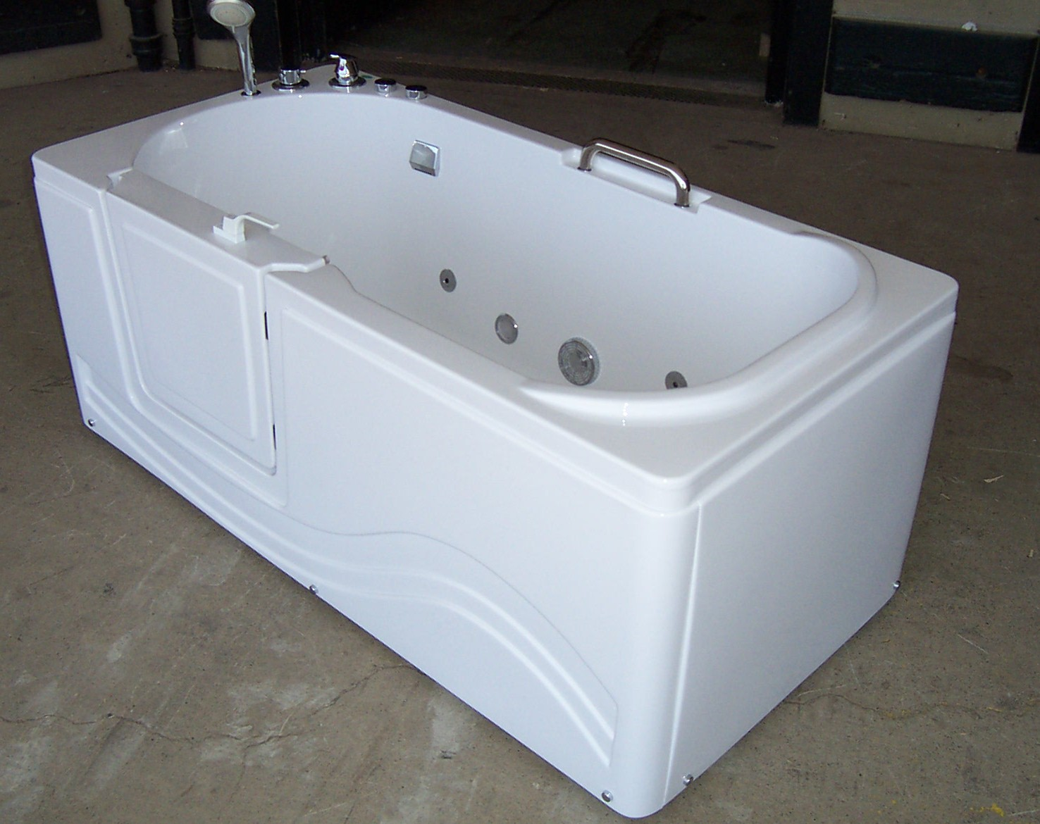 Luxury spas and whirlpool bathtubs ow 9wo4 walk in tub for Luxury tubs